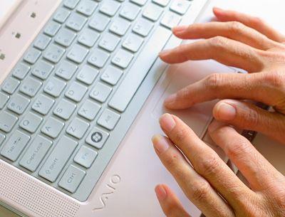 sabien schrijft op laptop